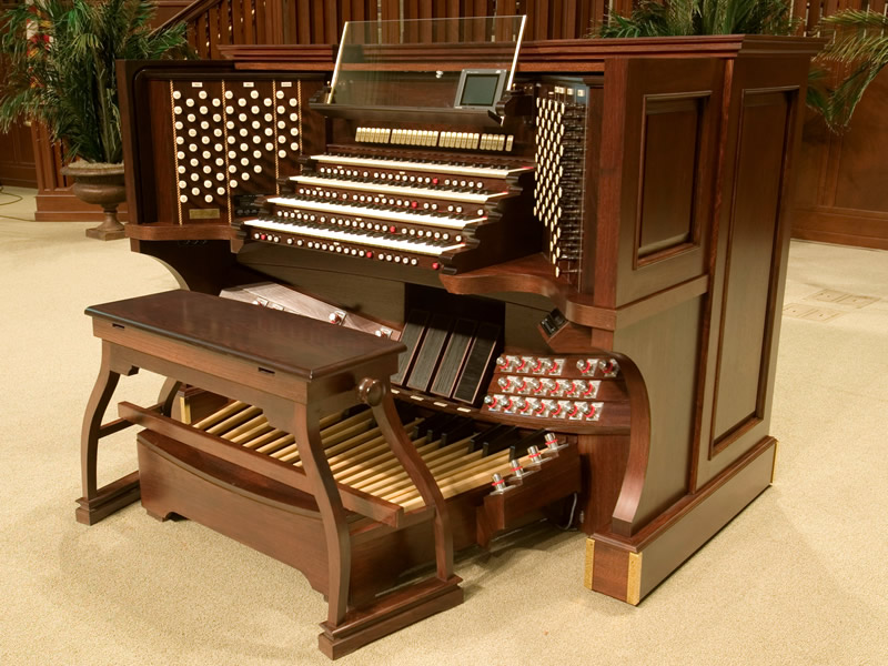The movable four-manual console for Immanuel Baptist Church in Little Rock, Arkansas, USA. The wheels are hidden under the console sides.