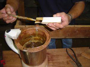 I pellami, conciati secondo le metodologie antiche, sono applicati  con colla organica a caldo, alla maniera antica.