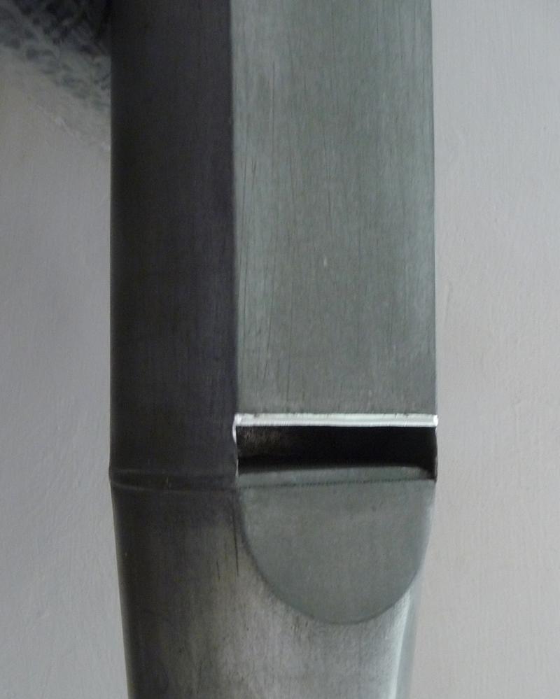 Una canna di facciata, la cui altezza del labbro superiore è stata ricondotta alla quota d'origine. La tecnica innovativa adottata ha impedito operazioni di maggiore impatto sul manufatto antico.