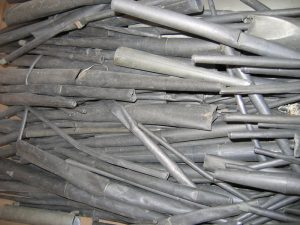 Le canne, prima del restauro, erano accatastate alla rinfusa, per la massima parte gravemente schiacciate.