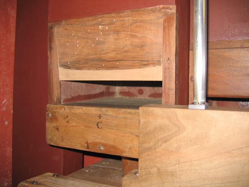 La canna maggiore di un registro di Contrabasso. La quota del labbro superiore è stata ripristinata mediante la ricostruzione e l'applicazione di un tassello in legno omogeneo, visibile in foto dalla colorazione più chiara.