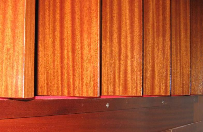Gli spazi sopra e sotto le griglie sono chiusi  da strisce di panno cashmir, che trattengono il suono pur lasciando scorrere liberamente le griglie.