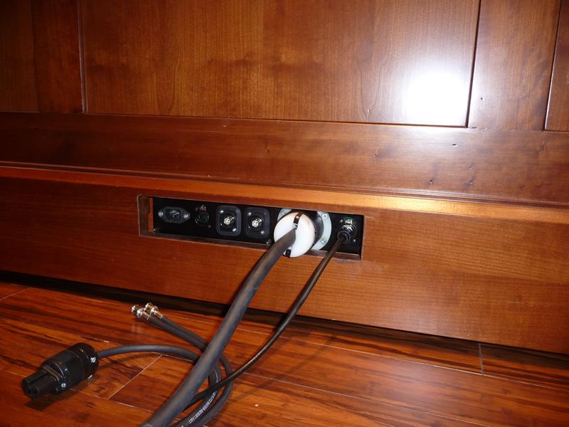 Nel pannello posteriore di questa consolle vi sono i collegamenti a spina per la corrente e l'organo, e anche altri attacchi ausiliari, (in questo caso, cavi per microfoni e una piccola telecamera).
