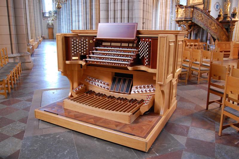 Cattedrale di Uppsala, Svezia. La consolle del nuovo organo a quattro tastiere. Una seconda, identica consolle si trova in cantoria.