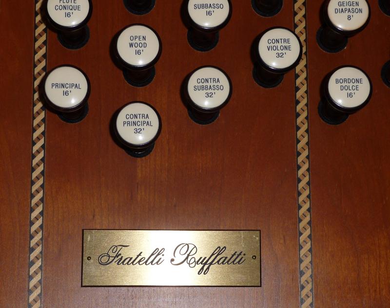 Particolare di un pannello di registrazione con decorazioni ad intarsio e pomelli di registro in ebano
