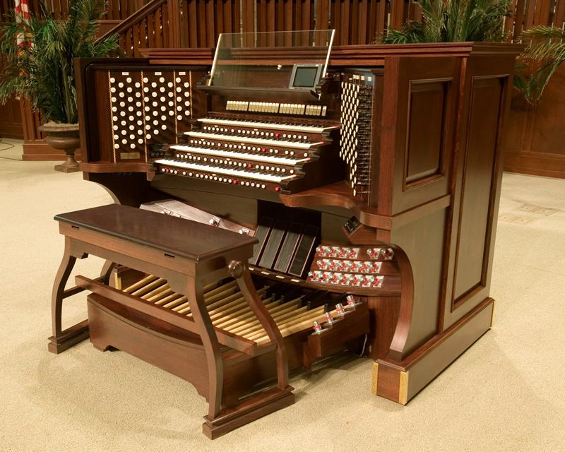Consolle mobile a quattro tastiere della Immanuel Baptist Church di Little Rock, Arkansas, USA. Le ruote sono celate sotto ai fianchi.