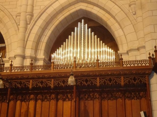 Una delle sei facciate posizionate sopra gli stalli del coro. Al centro si nota la canna più grande sfaccettata, costruita secondo le tecniche tradizionali.