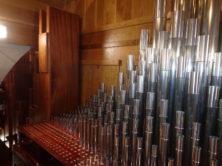 Alcune delle canne del Grand'organo durante il montaggio. A lato del somiere si nota la parte più alta di una canna del Contrabasso di 16'.