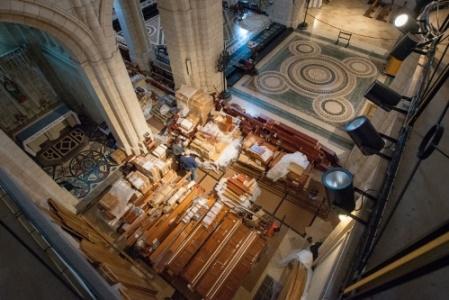 Tutte le parti dell'organo sono state posizionate all'interno della chiesa, pronte per l'installazione