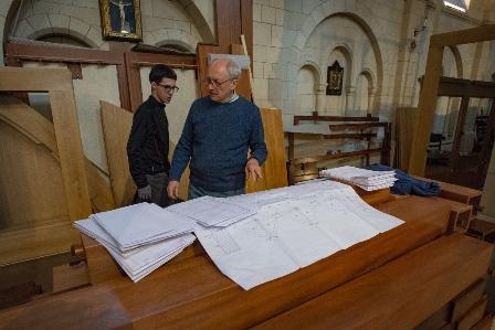 Piero Ruffatti supervisiona le operazioni di installazione dell'organo